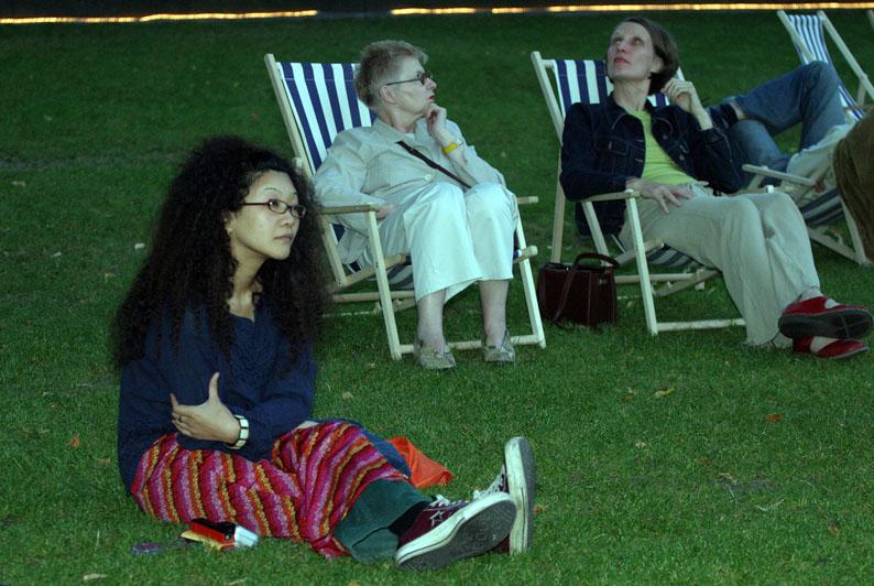 in den Liegestühlen: Ursula Block und Ute Wassermann
